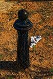 Poteau rouillé sale noir de sécurité image libre de droits