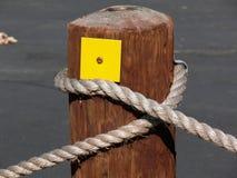 Poteau sur une corde images stock