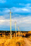 Poteaux à haute tension le long de la route Photo libre de droits