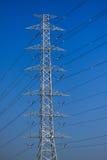 Poteaux à haute tension, ligne de transmission mono de poteau tour Image libre de droits