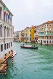 Poteaux de amarrage rayés dans l'eau le long de Grand Canal à Venise pour que les bateaux dirigent et à accouplent images libres de droits