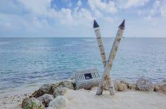 Poteaux de caisse et en bambou sur la plage par la mer, en Floride, les Etats-Unis image libre de droits