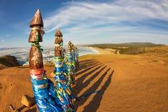 Poteaux de chaman de serge sur Olkhon dans le coucher du soleil avec de longues ombres Photo libre de droits