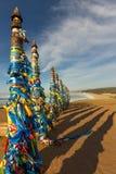 Poteaux de chaman de serge sur Olkhon dans le coucher du soleil avec de longues ombres Images stock