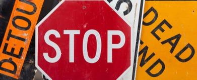 Poteaux de signalisation assortis de cru Image stock