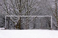 Poteaux du football/football restant dans la neige Photographie stock libre de droits