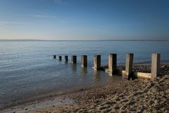 Poteaux en bois rustiques en mer images libres de droits