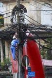 Poteaux et fils électriques dans la rue du Cambodge Photographie stock