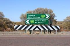 Poteaux indicateurs à Kulgera, à Alice Springs, à Coober Pedy et à pinte Augusta, Australie Images stock