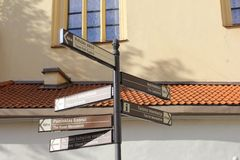 Poteaux indicateurs aux attractions touristiques dans la ville historique de Vilnius, Lithuanie Photo libre de droits