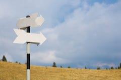 Poteaux indicateurs dans les montagnes Photos stock