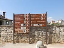 Poteaux indicateurs de touristes dans la balle, Istria Photos stock