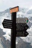 Poteaux indicateurs sur les montagnes suisses Image libre de droits