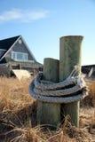 Poteaux sur la plage images stock