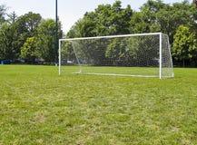 Poteaux sur le terrain de football photographie stock