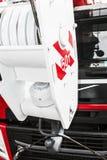 potence Le boom de la grue est monté sur les camions rouges Images libres de droits