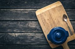 Potenciômetro cerâmico azul Fundo do Kitchenware fotos de stock