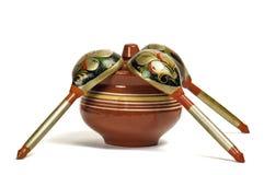 Potenciômetro de argila com colheres de madeira Imagem de Stock Royalty Free