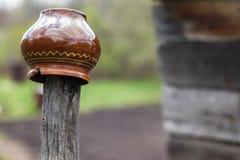 Potenciômetro de argila danificado em um Peg imagem de stock royalty free