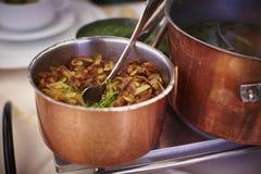 Potenciômetro de cobre com batatas fritadas foto de stock royalty free