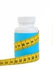 Potenciômetro de comprimidos da dieta no branco. fotografia de stock royalty free