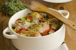 Potenciômetro do arroz da galinha e do chorizo imagem de stock
