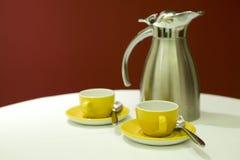 Potenciômetro do café com copos Imagem de Stock Royalty Free