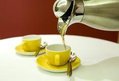 Potenciômetro do café com copos Foto de Stock
