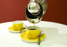 Potenciômetro do café com copos Imagens de Stock Royalty Free