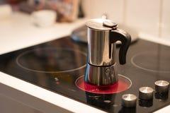 Potenciômetro do café no fogão bonde imagem de stock