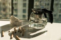 Potenciômetro do chá com medida da fita e o lápis na tabela de funcionamento, no funcionamento e no conceito do resto Fotografia de Stock