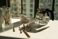 Potenciômetro do chá com medida da fita e o lápis na tabela de funcionamento, no funcionamento e no conceito do resto Fotos de Stock Royalty Free