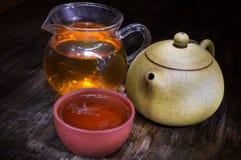 Potenciômetro do chá da argila com copo e produtos vidreiros para a cerimônia de chá fotos de stock royalty free