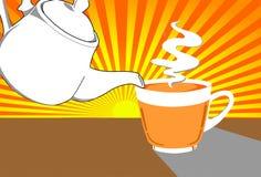 Potenciômetro do chá e um copo do chá com fumo Fotografia de Stock