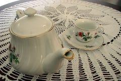 Potenciômetro do chá e um copo de chá Fotografia de Stock