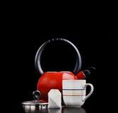Potenciômetro do chá, teabag e um copo fotografia de stock royalty free