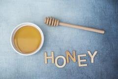 Potenciômetro do mel doce com chuvisco do mel e o mel da palavra Imagens de Stock Royalty Free