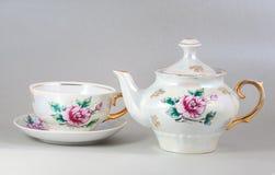 Potenciômetro e copo florais antigos do chá da porcelana imagem de stock