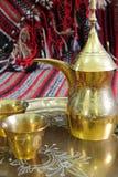 Potenciômetro e copos árabes do coffe Imagens de Stock