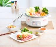 Potenciômetro elétrico de Sukiyaki fotografia de stock royalty free