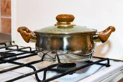 Potenciômetro em um fogão de gás Imagens de Stock Royalty Free