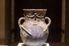 Potenci?metro Hittite dado forma rosto humano imagem de stock royalty free