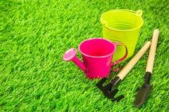 Potenciômetro molhando e ferramentas de jardinagem Foto de Stock