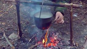 Potenciômetro no fogo no acampamento vídeos de arquivo