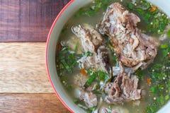 Potenciômetro quente quente e picante do reforço de carne de porco com ervas tailandesas Foto de Stock