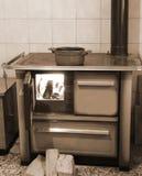 potenciômetro sobre o fogão dequeimadura velho com efeito tonificado do sepia fotos de stock