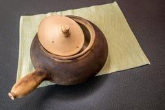 Potenciômetro tradicional da terracota com tampa Imagens de Stock Royalty Free