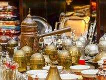 Potenciômetro turco de cobre bonito de Jezve e um grupo de copos para o café Lembranças turcas típicas foto de stock
