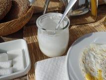 Potenciômetro vazio do iogurte em uma tabela de café da manhã marroquina tradicional fotografia de stock royalty free