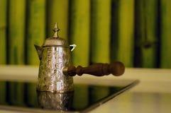 Potenciômetro velho do café na parede imagem de stock